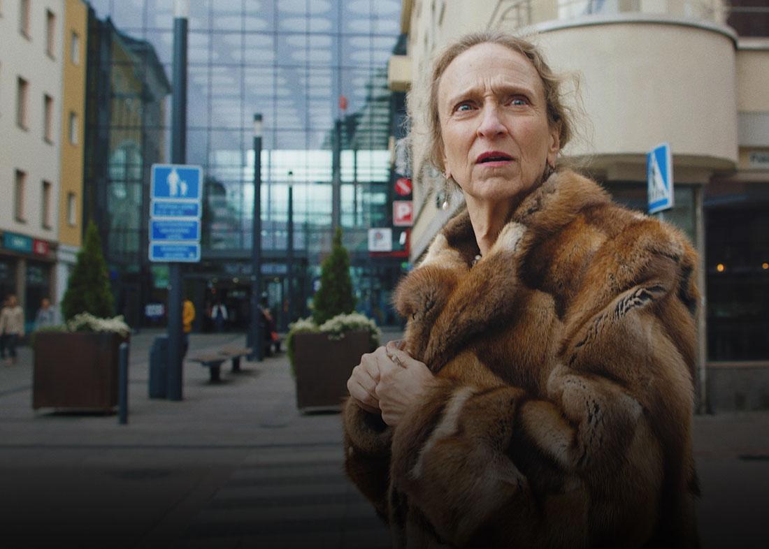 Interaktiivinen tarina: nainen seisoo Oulun keskustassa tienristeyksessä hämmentyneenä.